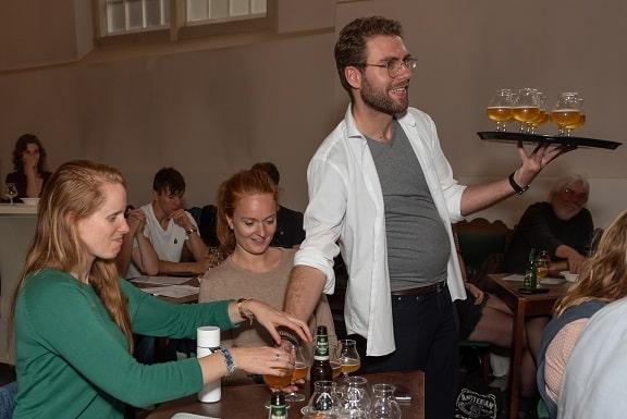 Bieren van de bierproeverij op locatie met pubquiz